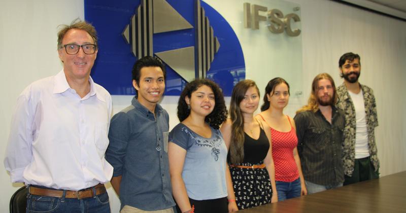 Richard Garratt com os alunos estrangeiros - Foto: Divulgação/Assessoria IFSC
