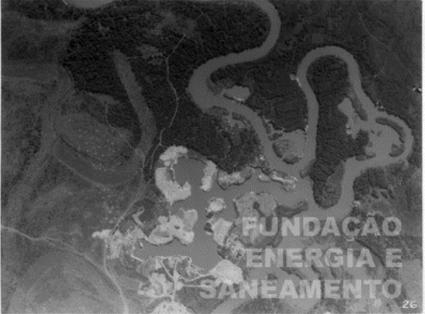 Imagem 05. Rio Pinheiros na altura do Butantã, mostrando poços de areia (descobertos) para a exploração de areia. Sem data - Fonte: Acervo da Fundação de Energia e Saneamento