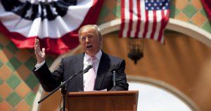 Os cem dias de inexperiência e conflitos de Donald Trump