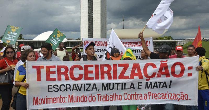 Movimentos fazem manifestações para impedir que o Congresso Nacional aprove o Projeto de Lei 4330/04, que libera a terceirização para todas as atividades das empresas - Foto: Wilson Dias/Agência Brasil