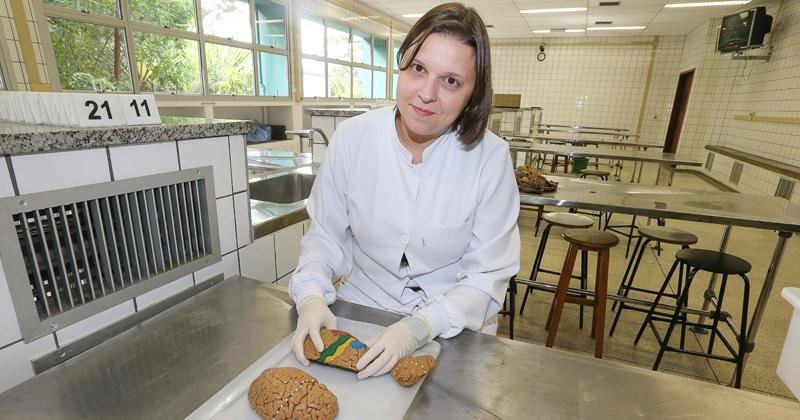 Luciane Valéria Sita, com materiais comprados na 25 de março e ajuda de alguns alunos e funcionários, a professora criou e adaptou peças que permitiram o aprendizado e envolvimento de uma aluna com deficiência visual nas aulas de Neuroanatomia Humana - Foto: Marcos Santos/USP Imagens