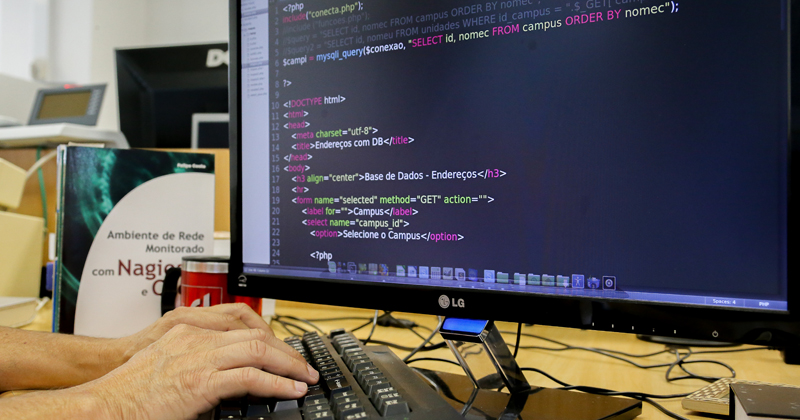 Programador trabalhando no computador - Foto: Cecília Bastos/USP Imagens