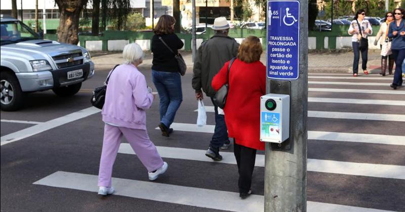 Resultado de imagem para idosos e as ruas e faixas de pedestres