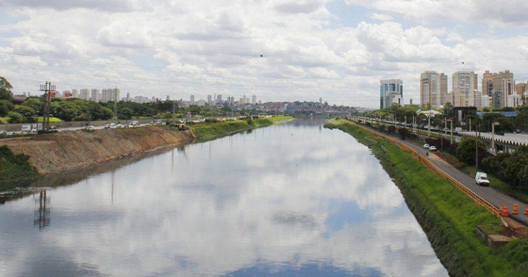 Na opinião do urbanista, o rio foi separado entre terra e água, sendo preciso articular um pensamento que torne o rio de novo uma unidade. Na imagem, o Rio Pinheiros – Foto: Marcos Santos / USP Imagens