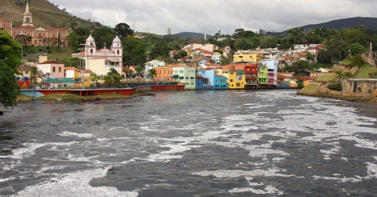 """Para pesquisador, é necessário criar estratégias mais radicais de reaproximação da população com os rios, superando ações de """"embelezamento"""". Na imagem, o Rio Tiête – Foto: Marcos Santos / USP Imagens"""