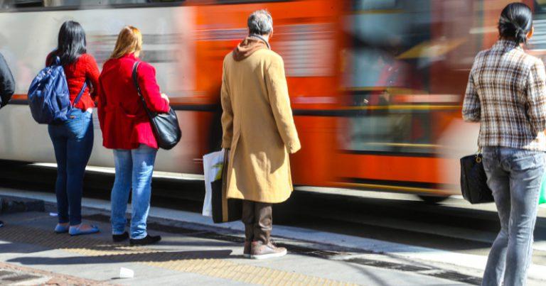 Frio na cidade faz os paulistanos saírem à rua com suas roupas de inverno para se proteger – Foto: Paulo Pinto via Fotos Públicas
