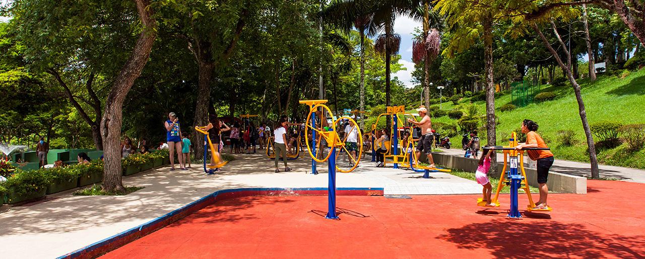 1e91dcb51 Equipamentos de ginástica ao ar livre – Sesc Interlagos – Foto  Pedro  Vannucchi via Flickr – CC …