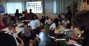 Jovens aprendem a construir robôs na USP em São Carlos
