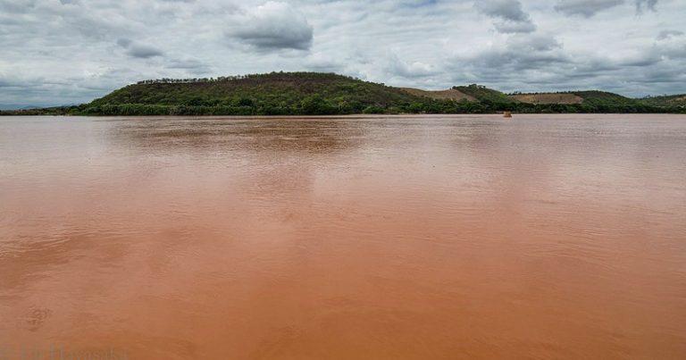 Águas do Rio Doce em Galileia (Minas Gerais), com a lama da barragem da Samarco que se rompeu no município de Mariana em 5 de novembro de 2015