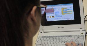 Em São Carlos, projeto ensina computação a alunos de escola pública