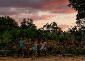 Crianças em Mâncio Lima, no Acre. Pelos próximos cinco anos, a cidade vai receber uma equipe do Instituto de Ciências Biomédicas (ICB) para estudos sobre malária - Foto: Cecília Bastos/USP Imagens