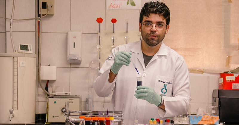 O professor da Ufac, Rodrigo Medeiros, coordena o Laboratório de Doenças Infecciosas da Amazônia Ocidental (LabDINAMO). Ele obteve o doutorado pelo ICB/USP - Foto: Cecília Bastos/USP Imagens