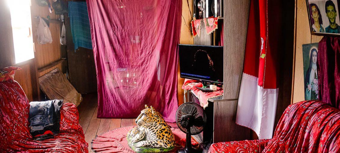 Interior da casa de um morador de Mâncio Lima, no Acre. A cidade é atualmente uma das campeãs de casos de malária no Brasil - Foto: Cecília Bastos/USP Imagens