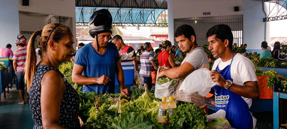 Feira do produtor rural em Cruzeiro do Sul, no Acre. A cidade tem cerca de 79 mil habitantes - Foto: Cecília Bastos/USP Imagens