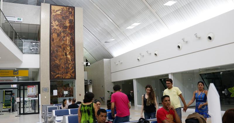 No aeroporto de Cruzeiro do Sul, no Acre, podem ser vistos dois painéis de marchetaria produzidos por Maqueson Silva - Foto: Cecília Bastos/USP Imagens