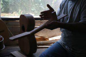 Composições e produções artesanais destacam violeiros
