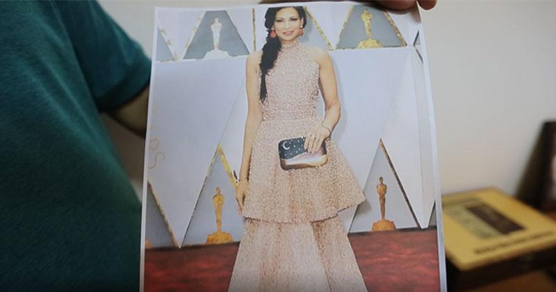 A consultora de moda americana Stacy London na cerimônia de entrega do Oscar 2017: nas mãos, ela carrega uma clutch produzida no ateliê de marchetaria de Maqueson Silva - Foto: Cecília Bastos/USP Imagens