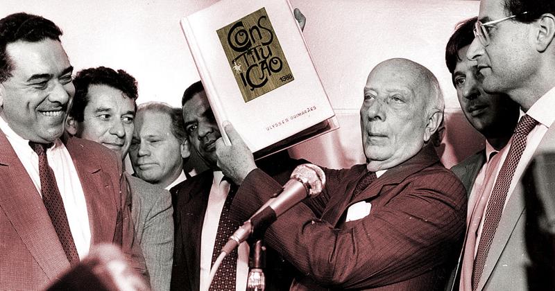 Ulysses segurando uma cópia da Constituição de 1988