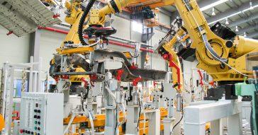 Robôs industriais numa linha de produção -  Foto: Domínio público via Wikimedia Commons