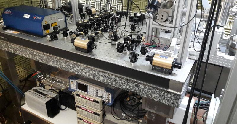 59879d69115 Um dos relógios atômicos em desenvolvimento no laboratório da USP em São  Carlos – Foto  Daniel Varela .