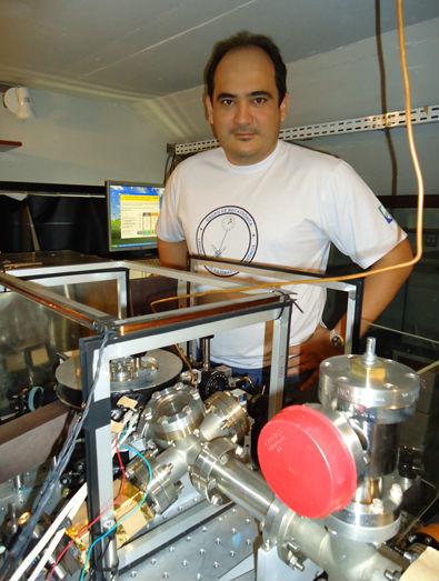 7964936169f Professor Daniel Varela e um dos três relógios em desenvolvimento no  laboratório – Foto  Assessoria de Comunicação IFSC