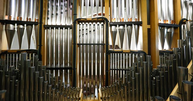 Construído pela empresa alemã Gerhard Grenzing, o órgão possui 3.400 tubos de metal, 175 tubos de madeira e 11 foles. Foto: Marcos Santos / USP Imagens.