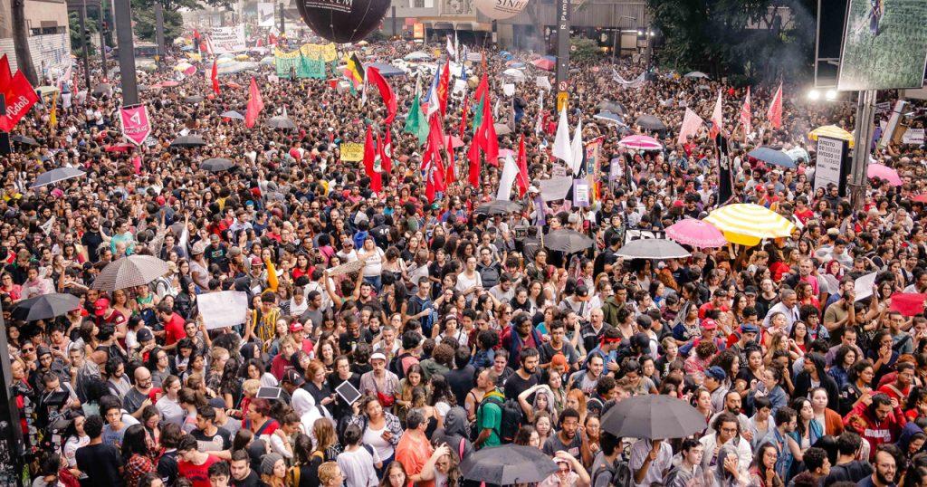 Estudantes e professores de universidades e institutos federais fazem protesto contra corte de verba na educação na Av. Paulista