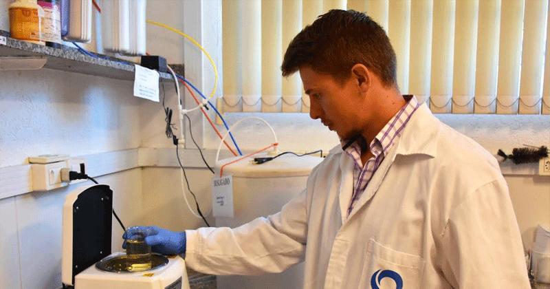 Após desenvolver um método para identificar, simultaneamente, quatro tipos de fármaco na água, Marchetti degradou as substâncias aplicando uma reação química – Foto: Henrique Fontes/IQSC