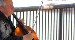 Música ameniza sintomas de demência em idosos com Alzheimer