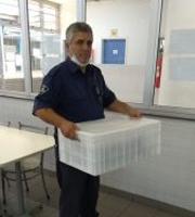 Guarda Universitário fazendo a entrega das marmitas no conjunto residencial