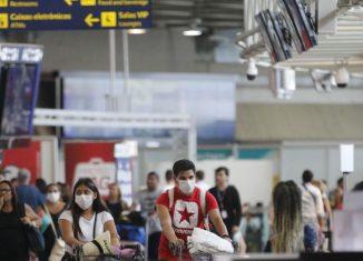 Passageiros e funcionários circulam vestindo máscaras contra o novo coronavírus (Covid-19) no Aeroporto Internacional Tom Jobim- Rio Galeão -