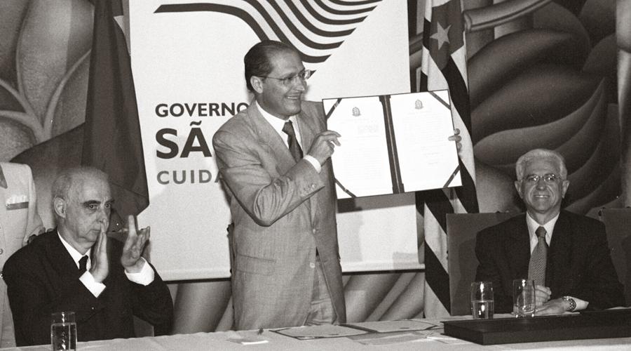 O então gov. Geraldo Alckmin assina o contrato para doação do terreno para construção da USP Leste - Foto: Francisco Emolo/USP Imagens