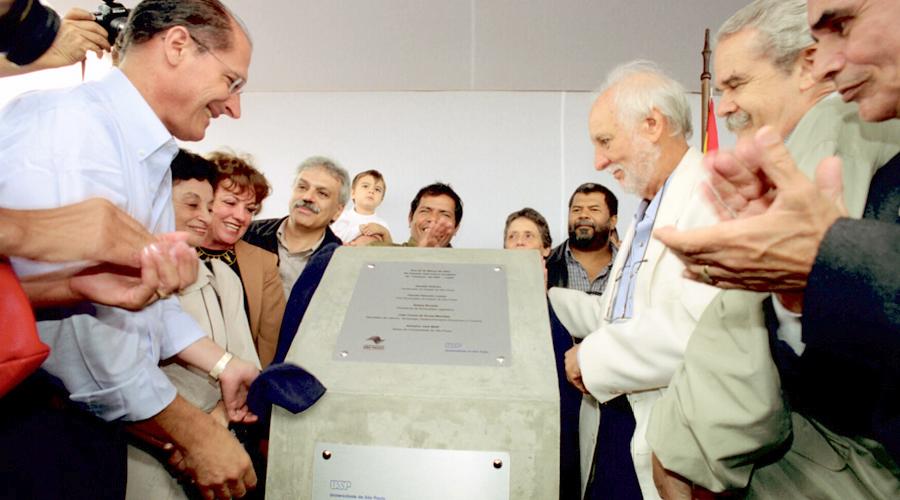 O então governador Alckmin lançando a pedra fundamental do novo campus - Foto: Cecília Bastos/USP Imagens
