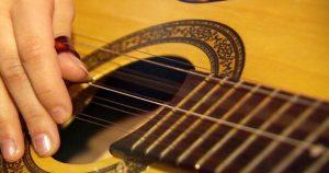 Chico Gouveia registra com a viola a música popular portuguesa