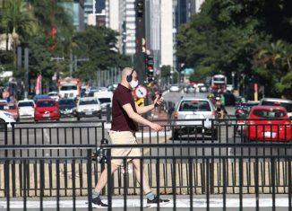 Pedestre usa máscara de proteção contra covid-19 na avenida Paulista. - Foto: Rovena Rosa/Agência Brasil