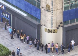 Pessoas formam filas enormes em frente a agências da Caixa para resolver problemas com Auxílio Emergencial - Imagem: Roberto Parizotti/FotosPúblicas
