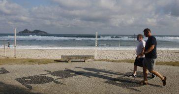 Turistas na praia da Barra da Tijuca  nesta terça-feira, dia em que a cidade inicia reabertura e flexibiliza medidas de isolamento social pela pandemia do novo coronavírus - Foto: Fernando Frazão/Agência Brasil