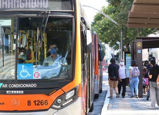 Usuários de transporte público e motoristas de ônibus usam máscaras de proteção contra covid-19 - Foto: Rovena Rosa/Agência Brasil