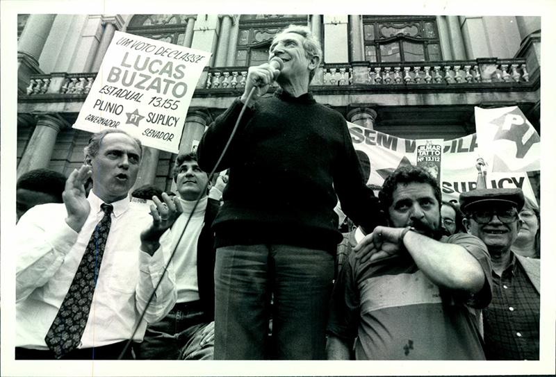 Em 1990, em frente ao Theatro Municipal de São Paulo, em comício de campanha de Plínio de Arruda Sampaio ao governo do Estado (Florestan está no canto direito)