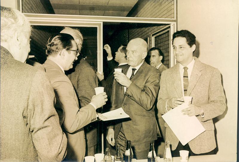 Florestan Fernandes (à esquerda, de lado) em colóquio científico na Universidade de Münster, na Alemanha, em 1967, com Fernando Henrique Cardoso (à direita)