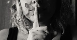Mulheres se unem nas redes sociais para relatar casos de agressão