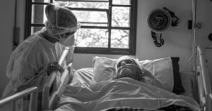 Projeto fotográfico mostra atendimento humanizado no HC às vítimas da covid-19