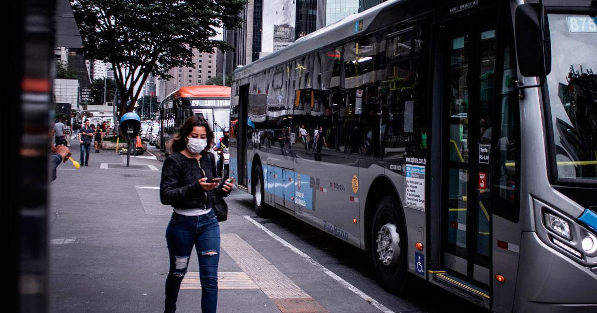 Pedestres usam máscaras na Av. Paulista, buscando proteção contra o novo coronavírus - Foto: Guilherme Gandolfi / Fotos Públicas