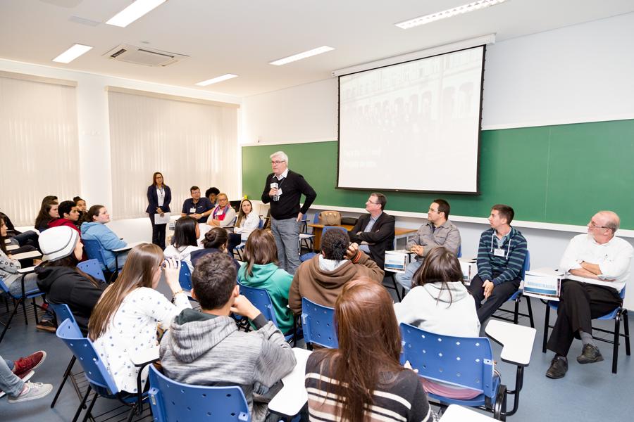 Profissionais de oito áreas diferentes contaram aos estudantes os desafios e gratificações de suas carreiras| Foto: Gerhard Waller