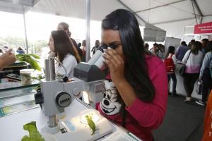 Estudante conhece experimento durante a Feira USP e as Profissões do ano passado   Foto: Marcos Santos/USP Imagens