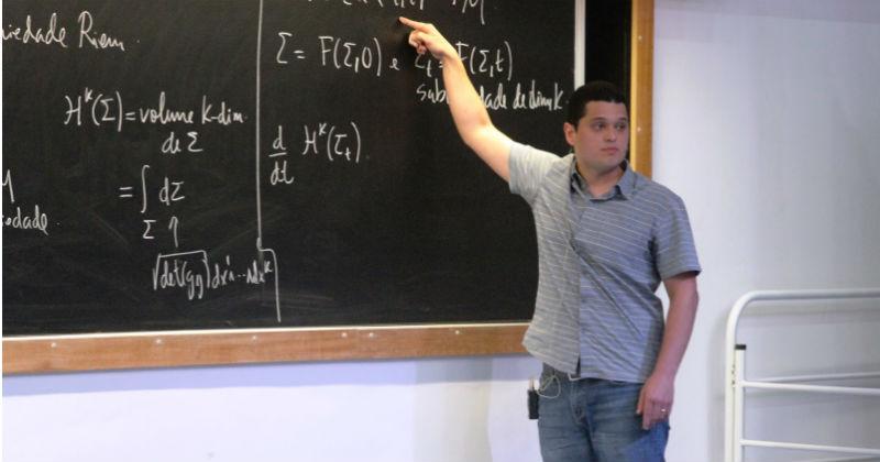 Rafael Montezuma Cabral, vencedor do Prêmio Gutierrez 2016, durante a apresentação de sua tese (foto: divulgação)