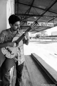 """O violeiro Caio de Souza no """"Revoredo"""""""