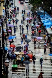 Pedestres enfrentam garoa na tarde desta terça (25) na região central de São Paulo – Foto: Cris Faga/Fox Press Photo/Folhapress