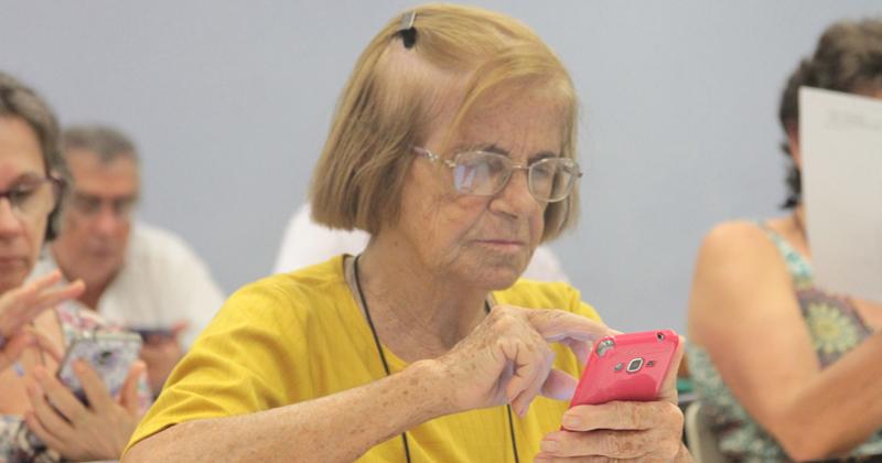 Iniciativa que ensina idosos a utilizar smartphones e tablets é um sucesso