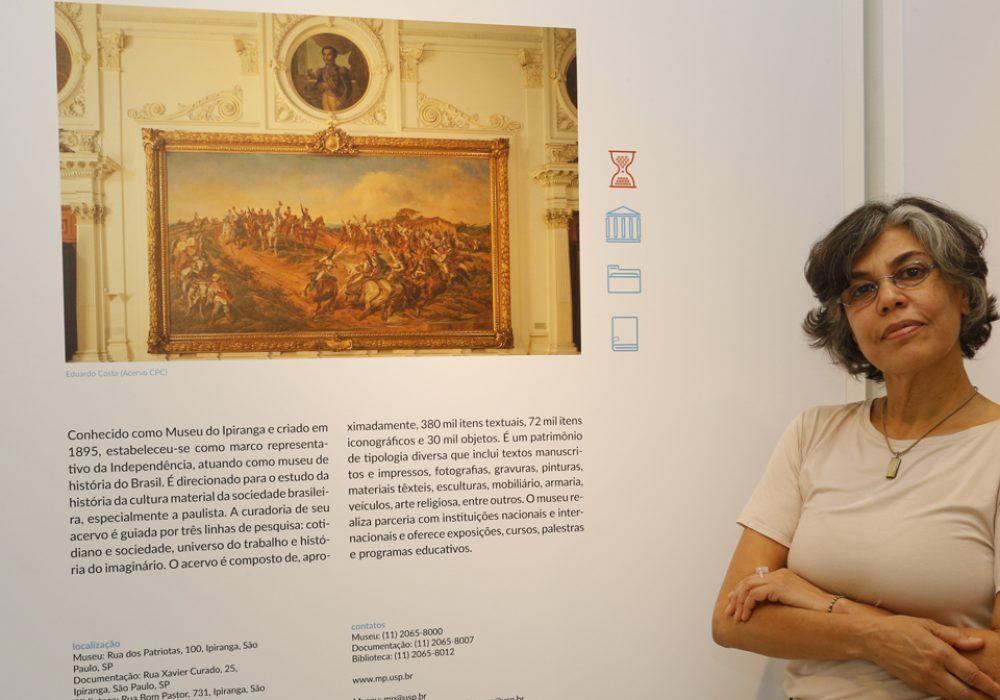 Solange Ferraz de Lima, diretora do Museu Paulista durante a Exposição no saguão da Reitoria